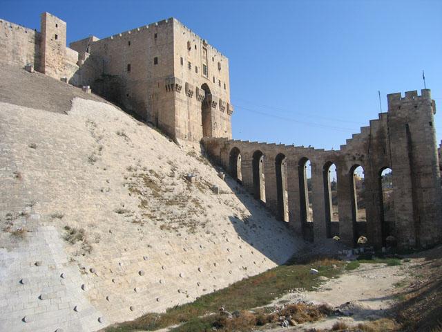 نمایی از ارگ حلب با پل ورودی آن
