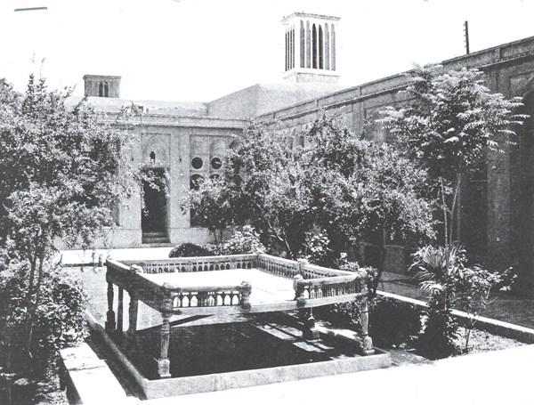 حیاط باغچه آب