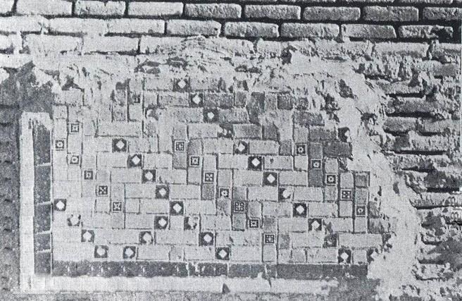 از بدنه خارجی مسجد کبود تنها چند قسمت باقی مانده است که در تصاویر بعد شرح داده میشود نصف بد نه خارجی از تزئیناتی نظیر آن با ترکیبی از آجر و