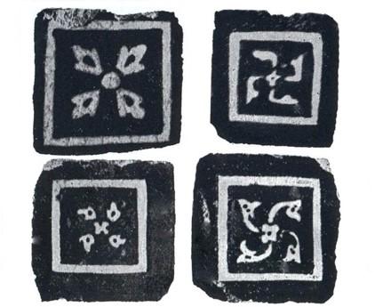 کاشیهای مربع لعابدار (موزائیک) تشکیل یافته بود در تصاویر زیر چند نوع کاشی لعابدار نشان داده شده است